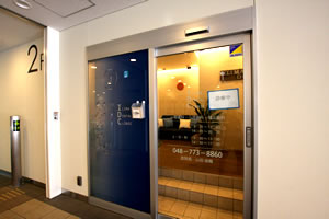 エントランスはガラス張りの外観で、とても入りやすい医院です